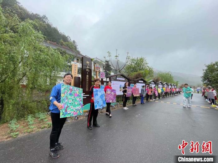 余东乡村未来社区的村民们展示农民画。 张斌 摄