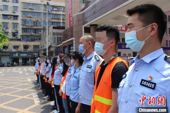 押解回犯罪嫌疑人。隆昌市警方供图 隆昌市警方供图 摄