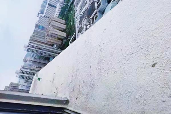 """31楼露台上,她半身悬空!一根口红、一包烟,民警找到""""突破点""""-中国长安网"""