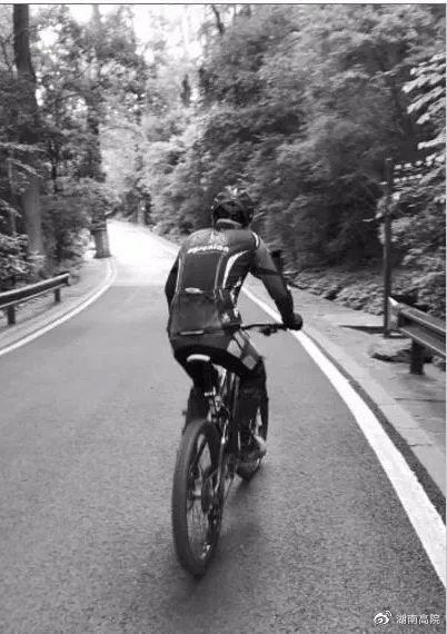岳麓山景区,一名骑行者正骑行上山。图/记者谢长贵